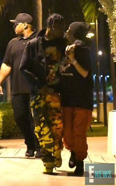 Kylie Jenner can't take her eyes off new beau Travis Scott The look of love! Kylie Jenner and her new beau Travis Scott couldn't take their eyes off of each other during a romantic evening stroll in Miami on Sunday Kylie Jenner Daily, Estilo Kylie Jenner, Kylie Jenner Outfits, Kardashian Jenner, Black Couples Goals, Couple Goals, Cute Couples, Travis Scott Kylie Jenner, Kyle Jenner
