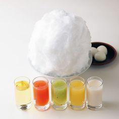 京都二条若狭屋のかき氷「彩雲」| 京都・寺町二条 |  京都の寺町通りにある和菓子屋さんのかき氷。5つの異なる味のシロップを好きなようにかけていただきます。このスタイル、珍しいですよね。 このシロップがまた、自家製甘酒蜜や柑橘系フルーツなど見た目にも鮮やかで美味しそう。しかも、種類は日によって違うのだそう。いろいろ試してみたいです。 一見ボリュームありそうだけど、あっという間に食べてしまいそうです。 季節の氷も美味しそう。こちらは「そら豆氷」。食べ応えありそうですね。二條若狭屋 寺町店http://www.kyogashi.info/sub5.html