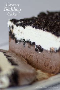 You have to try this Oreo Pudding Pie of mine. It's a chocolate pudding pie with lots of Oreo and as much whipped cream as you can handle. With no baking involved, this oreo pie is super easy to make! Köstliche Desserts, Frozen Desserts, Frozen Treats, Delicious Desserts, Yummy Food, Frozen Cake, Cheesecake Desserts, Plated Desserts, Oreo Pudding Cake