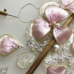 Jiaran studio - stumpwork with sequins How to embroider butterfly wings The bulk embroidery. Tambour Beading, Tambour Embroidery, Couture Embroidery, Embroidery Fashion, Silk Ribbon Embroidery, Hand Embroidery Patterns, Floral Embroidery, Embroidery Applique, Embroidery Thread