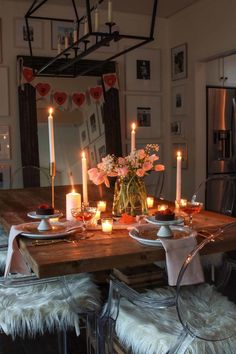 Valentine's Day Table: Candlelit Dinner for Two. Valentine's Day simple and romantic table setting idea. Candlelit dinner for 2 table setting with fresh flowers. Make it a date night in with this neutral Valentine's Day table idea Romantic Dinner Tables, Romantic Dinner Setting, Romantic Dinners, Dinner For 2, Date Dinner, Dinner Sets, Anniversary Dinner, Hygge Home, Birthday Dinners