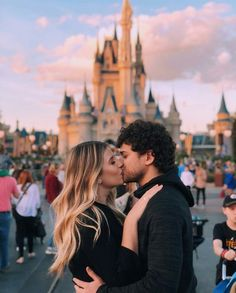 Image about love in Cute couple pics 💑 by Lady Vampire Imagen de couple, kiss, and goals Disney World Fotos, Viaje A Disney World, Disney World Pictures, Cute Disney Pictures, Cute Couple Pictures, Couple Photos, Disneyland Paris, Disneyland Couples, Disneyland Photos