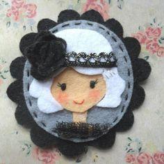 How cute would this be as a necklace? Or cuff bracelet? Or pin? It's like a cute little Cameo felt portrait! Felt Diy, Felt Crafts, Fabric Crafts, Sewing Crafts, Fabric Brooch, Felt Brooch, Felt Fabric, Felt Decorations, Felt Patterns