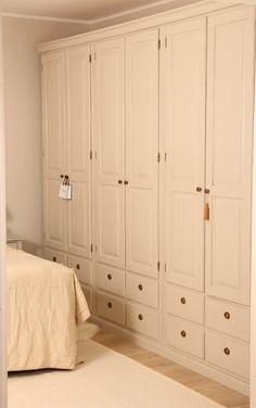 Näyttävät Juvin  Isoisänvaatekaapit kauniissa makuuhuoneessa. Kokonaisuus on 3 m leveä ja täyttä puuta.