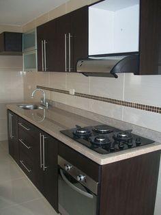 Cocina Integral enchapada en formica color wengue, estufa en vidrio a gas, horno y poceta lavaplatos en acero inoxidable. Imagen en miniatura, dar click para ver en tamaño completo.