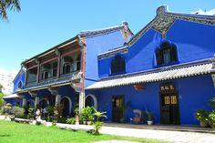 この一度見たら忘れられないコバルトブルーのプラナカン建築は、19世紀末のペナン島を牛耳っていた大富豪、チョン・ファッ・ツィによって建てられました。「東洋のロックフェラー」と呼ばれた彼には、8人もの妻がいました。あらゆる面で人並外れて欲望が強かったから、貧しさからのしあがれたのかもしれませんね。中でも7番目の妻、タン・タイ・ポーは最愛の妻といわれ、この館も彼の死後、ポーとの間に生まれた息子に託されました。