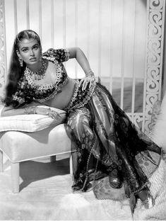 Laurette Luez as Belly dancer
