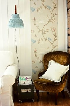 nice wallpaper and vintage chair Vintage Chairs, Pretty Patterns, Reading Nook, Cool Wallpaper, Retro, My Favorite Color, Decoration, Interior Inspiration, Living Spaces