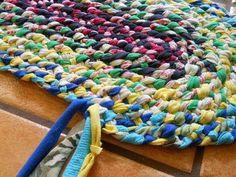 Lost Art of Braid-in Rag Rugs Part How to add the strand of a braid-in rag rug. Please watch parts 1 & 2 to see and overview and how to start a braid-in rag rug. Fabric Crafts, Sewing Crafts, Sewing Projects, Diy Projects, Toothbrush Rug, Rag Rug Diy, Homemade Rugs, Rag Rug Tutorial, Diy Tutorial