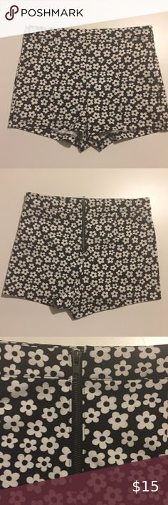 EUC Forever 21 Shorts Women's Shorts Size Large. Back Zipper. Animal Print Rug, 21st, Forever 21, Zipper, Black And White, Shorts, Closet, Things To Sell, Women