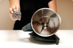 Limpiar el vaso de tu thermomix es sencillo. Puedes hacerlo a mano, dejar que se lave ella sola o introducir el vaso y todas sus piezas en el lavavajillas.
