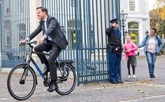 @KvanOosterom Prime Minister Rutte arrives at the Palace to inform our King Willem-Alexander about formation new government.  He even locks his bike...