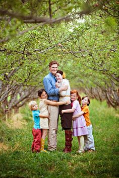 Cute family photo pose to remember for SOMEDAY Cute Family, Fall Family, Family Hug, Big Family, Beautiful Family, Family Thanksgiving, Family Holiday, Christmas Holiday, Poses Photo