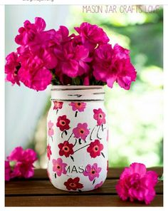 Mason Jar Ideas for Summer . Mason Jar Crafts, Decor and Gifts, Centerpieces and DIY Projects With Jars That Are Perfect For Summertime. Fun and Easy Lights, Cool Vases, Creative of July Ideas Mason Jar Art, Pot Mason Diy, Mason Jar Sconce, Mason Jar Gifts, Mason Jar Painting, Mason Jar Vases, Glass Jars, Pink Mason Jars, Bottle Painting