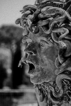 Sculpture: traditional Medusa head (screaming)