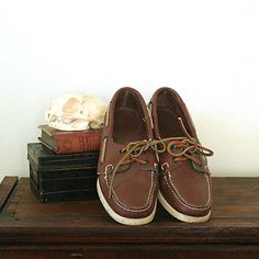 This style shoe topped off you early look, bonus with curled laces and white slouch socks! Leather And Lace, Brown Leather, Slouch Socks, Preppy Handbook, Vintage Boats, Thanks Mom, Best Christmas Gifts, Penny Loafers, Classic White