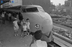 Haciéndose foto con serie 0 de shinkansen