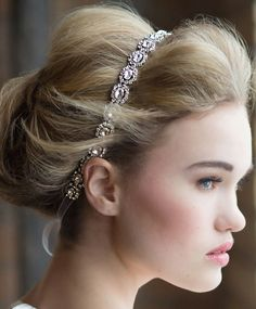 Usar una banda para el #cabello al decorar tu #peinado el día de tu #boda es el equivalente moderno a lucir una corona o tiara. ¡Haz la prueba!