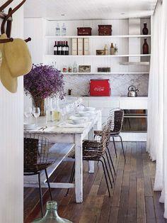 Sala de jantar com balcão de cozinha Arquiteto: Isay Weinfeld + Carolina Proto Fotógrafo: Giorgio Baroni Fonte: Elle Decoration France Jul-Ago 2013