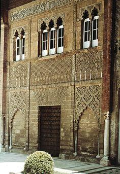 """""""El palacio de los reyes árabes de Sevilla fue construido en el siglo XII. De su construcción original en estilo de los almohades quedan tan solo algunas partes del exterior. La fachada es una de las más bellas del arte hispanoárabe."""""""