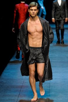 Dolce & Gabbana Fall 2011 Menswear Fashion Show Collection: See the complete Dolce & Gabbana Fall 2011 Menswear collection. Look 15 Mens Style Looks, Men's Style, Fashion Show, Mens Fashion, Fashion Design, Milan Fashion, Lingerie For Men, Dolce And Gabbana Man, Athletic