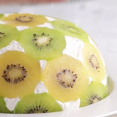Easy Upside Down Kiwi Cake Dinner recipes Food deserts Delicious Yummy Just Desserts, Delicious Desserts, Yummy Food, Sweet Recipes, Cake Recipes, Dessert Recipes, Kiwi Recipes, Kiwi Cake, Weight Watcher Desserts
