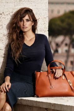 Penélope Cruz protagoniza la nueva campaña de la firma italiana Carpisa   #Modalia | http://www.modalia.es/disenadores/firmas/8116-penelope-cruz-campana-firma-italiana-carpisa.html