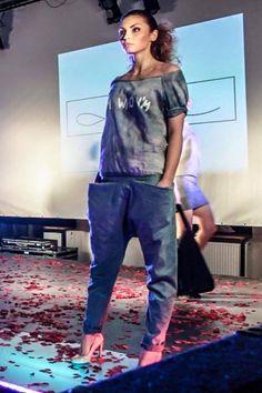 Spodnie z kieszeniami z elastycznego jeansu...
