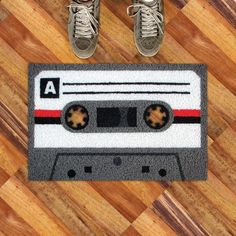 Cassette Tape Welcome Mat.Welcome mat looks like a cassette tape. Deco Disco, Geek Home Decor, How Do I Live, Gag Gifts For Men, Birthday Gag Gifts, Cool Doors, Word Nerd, Oldschool, Geek Gear