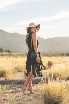 Black Fringe Skirt / Fashion By Strictly Style Zara Sandals, Suede Sandals, Hipster Blog, Fringe Skirt, Zara Skirts, Festival Looks, Outfits With Hats, Skirt Fashion, Style Guides