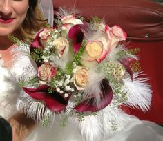 Bouquet particolare con rose e piume. Particular bouquet with roses and feathers.
