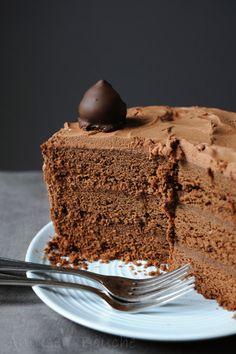 Depuis des années, je suis à la recherche du gâteau au chocolat idéal pour les gâteaux d'anniversaire. Je recherche un gâteau moelleux, une mie pas trop dense, humide, pas bourratif, qui ne fait pas trop de miettes et ne se bombe pas trop à la cuisson......... Brownie Recipes, Chocolate Recipes, Cake Recipes, Dessert Recipes, Chocolate Buttercream, Chocolate Cake, Dessert Micro Onde, Microwave Dishes, Let Them Eat Cake