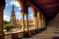 This is Plaza de España, in the park by the University. An epic battle in Star Wars was filmed here; I witnessed it.