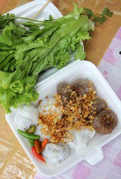 Khao kriap pak maw (ข้าวเกรียบปากหม้อ) and sakoo sai moo (สาคูใส้หมู) - www.eatingthaifoo...