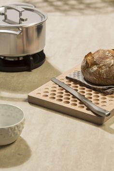 De kleur Jewel is een mooie grijs-bruine beton kleur met een voelbare structuur. TopCore is een stevig en compact materiaal dat stootvast en watervast is en daardoor uitermate geschikt voor het keukenblad. Kitchen, Style, Swag, Cooking, Kitchens, Cuisine, Cucina, Kitchen Floor