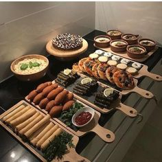 Präsentationsidee mezzt - - The Effective Pictures We Offer You About wedding catering sandwiches A quality picture can tell you many things. Party Food Platters, Ramadan Recipes, Ramadan Sweets, Ramadan Gifts, Food Decoration, Arabic Food, Food Design, Food Presentation, Appetizer Recipes