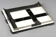 Maskownica  Akcesorium stosowane przy kopiowaniu negatywów na papier fotograficzny za pomocą powiększalnika. Służy ono do zasłaniania (maskowania) krawędzi papieru fotograficznego celem uzyskania białego marginesu oraz do utrzymywania papieru w stanie płaskim. Rozróżnia się maskownice płytowe, które posiadają podstawę wykonaną z drewna lub metalu oraz bezpłytowe, w których specjalnie skonstruowana ramka kładziona jest bezpośrednio na podstawę powiększalnika (wykorzystywana w powiększalnikach…