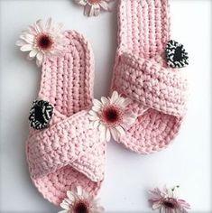 12 Ideias de chinelos feito com fio de malha para copiar Crochet Bows, Crochet Diy, Crochet Crafts, Crochet Projects, Crochet Slipper Pattern, Crochet Basket Pattern, Crochet Patterns, Diy Bralette, Confection Au Crochet