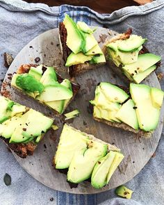 WEBSTA S U N D A Y B R U N C H Toasted Sourdough Rye Bread from the Farmers Market with lots of Avocado, fresh lemon and sprinkle of chilli flakes super simple and Sooooo Yummm!Happy Sunday everyone! Healthy Vegan Breakfast, Healthy Eating, Dinner Healthy, Simple Avocado Toast, Easy Pork Chop Recipes, Good Food, Yummy Food, Vegan Recipes, Food Porn