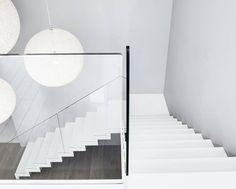 ST885 Białe schody dywanowe / ST885 White Zigzag Stairs: styl Minimalistyczny, w kategorii Korytarz, przedpokój i schody zaprojektowany przez Trąbczyński