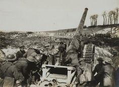 Artillery, maskingevär och gas dominerar slagfälten där människokroppen är det svagaste materialet.
