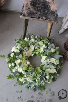Crowned The Effective Pictures We Offer You About funeral fotos A quality picture can tell you many things. You can find the most beautiful pictures that can be presented to you about funeral favors i Funeral Bouquet, Funeral Flowers, Wedding Flowers, Wedding Bouquet, Arrangements Funéraires, Funeral Floral Arrangements, Casket Flowers, Memorial Flowers, Cemetery Flowers