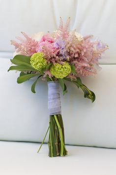Guisantes de olor violeta, astilbe, peonías rosas, pequeñas rosas blancas y toques de verde.