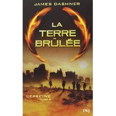 Thomas le savait, la sortie du labyrinthe marquerait la fin de l'Epreuve. Mais à l'extérieur il découvre un monde ravagé et la terre brûlée par un climat ardent. Des hordes de gens infectés, en proie à une folie meurtrière, errent dans les villes en ruines.