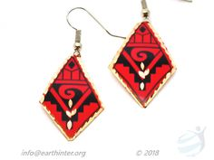 Earrings: Turkish designed, drop-style Dimension: x cm Weight: g Shape: Diamond Color: Red background, black and gold Anatolyan pattern, gold rim Materials: Hand painted copper Turkish Design, Red Background, Copper Jewelry, Colored Diamonds, Arts And Crafts, Jewelry Design, Hand Painted, Shapes, Drop Earrings
