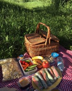 Bored of all the normal dates? How about a picnic to a calm park? Get your food basket and mat ready and enjoy this amazing and calm date Picnic Date Food, Picnic Time, Summer Picnic, Picnic Ideas, Beach Picnic Foods, Picnic Parties, Picnic Recipes, Outdoor Parties, Dinner Parties