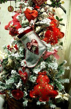Albero di Natale decorato con creazioni in tessuto