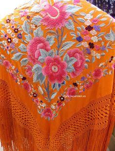 Mantón de Manila antiguo. Silk Shawl, Veils, Latina, Highlight, Scarves, Wraps, Textiles, Embroidery, Scrappy Quilts