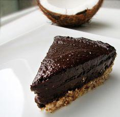 Čokoslastna pita testo: orehi,dateljni, kokosova moka krema: dateljni, avokado, kakav, sladilo