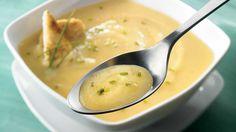Surprenez vos invités avec une soupe fruitée grâce à cette recette facile de potage de navet et de poires.